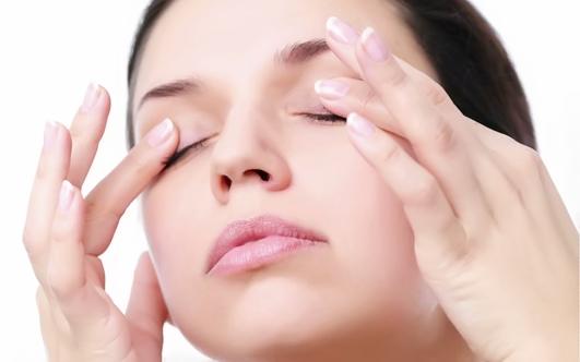 Легкий массаж кожи вокруг глаз