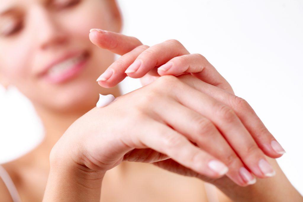 Обработка рук кремом