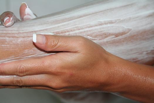 Удаление волос на ногах кремом-депилятором