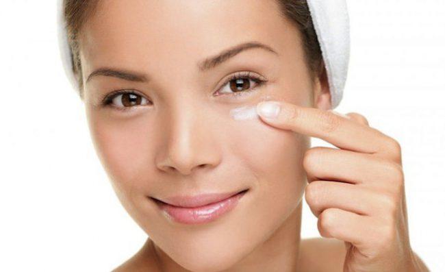 Нанесение крема на кожу вокруг глаз