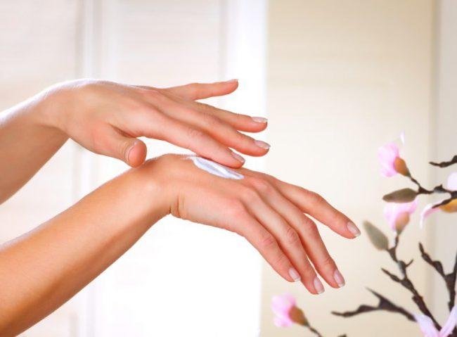 Нанесение крема на руки