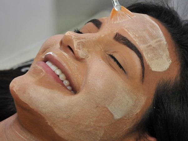 Процедура химического пилинга лица