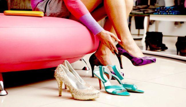 Процесс примерки туфель