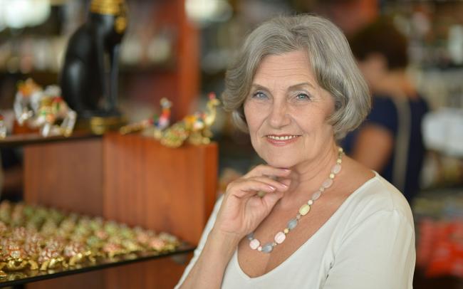 Легкий макияж на женщине после 50