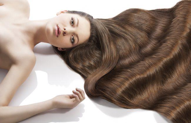 Девушка с густыми и длинными волосами