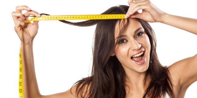 Девушка измеряет длину волос