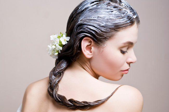 Питательная маска на волосах