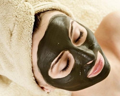 Маска из черной глины на лице