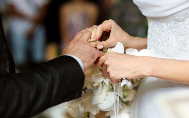 Невеста надевает жениху обручальное кольцо