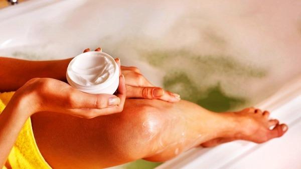 Нанесение на ноги питательного крема