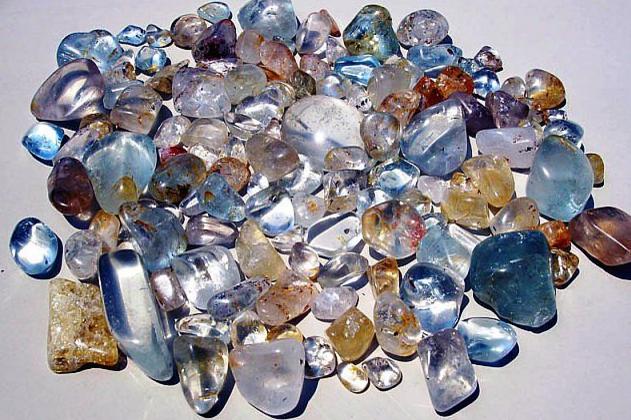 желтые кристаллы этого камня путают с топазом
