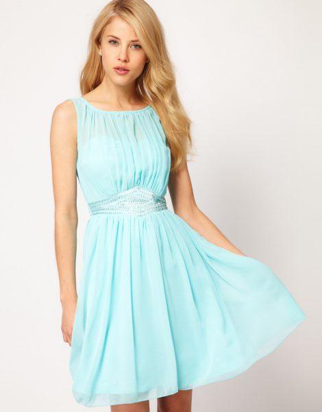Платье со сборящей тканью под кокеткой