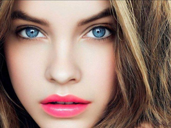 Женщина с голубыми глазами