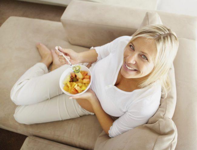 Женщина в возрасте после 40 ест фрукты
