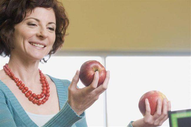 Женщина с яблоками в руках