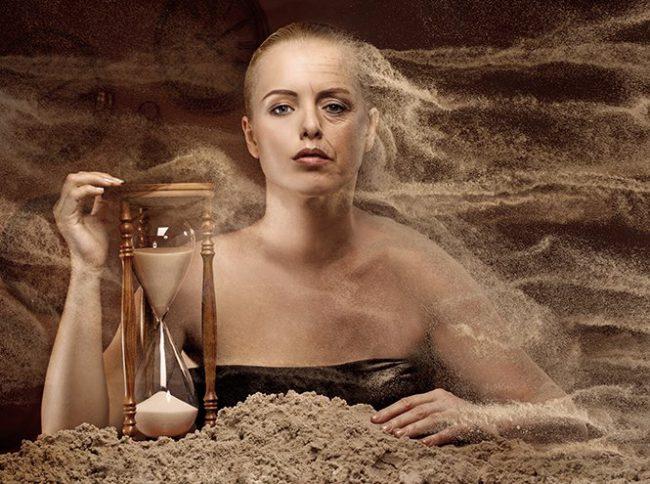 Зрелая женщина и песочные часы