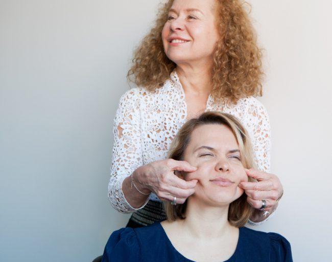 Проведение буккального массажа косметологом Жоэль Сиокко