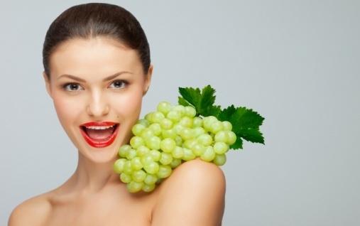 Девушка с зеленым виноградом