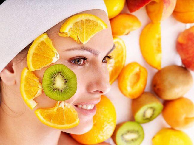 Различные фрукты на лице