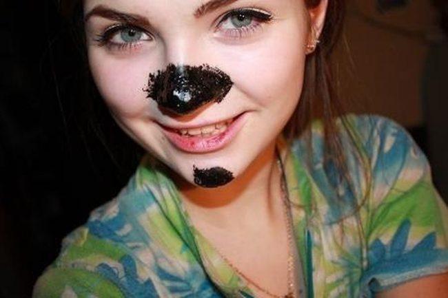 Маска из активированного угля на лице