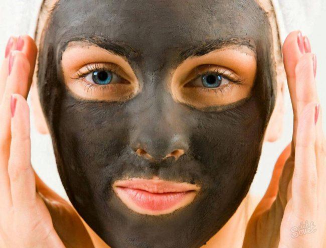 Маска из угля и желатина на лице