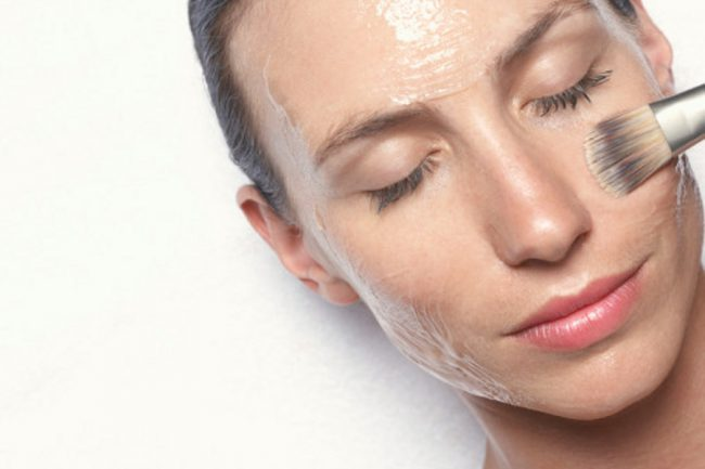 Нанесение на лицо гликолевой кислоты