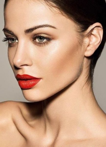 Мягкий красный цвет в макияже для голубых глаз
