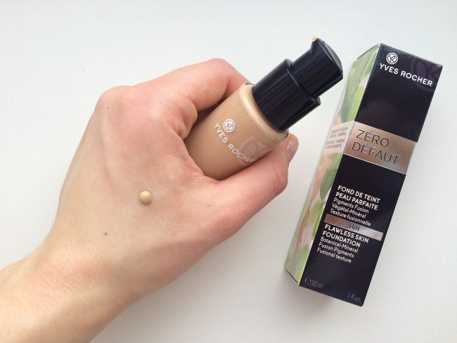 Проверка тонального крема на коже