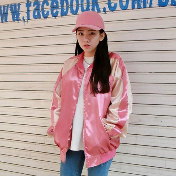 Розовый бомбер на девушке