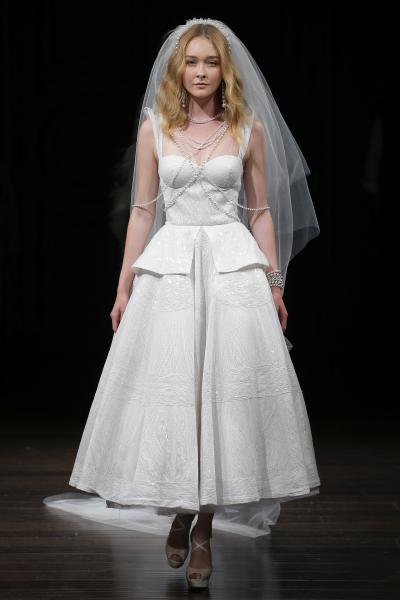 Платье с пришитыми ювелирными украшениями