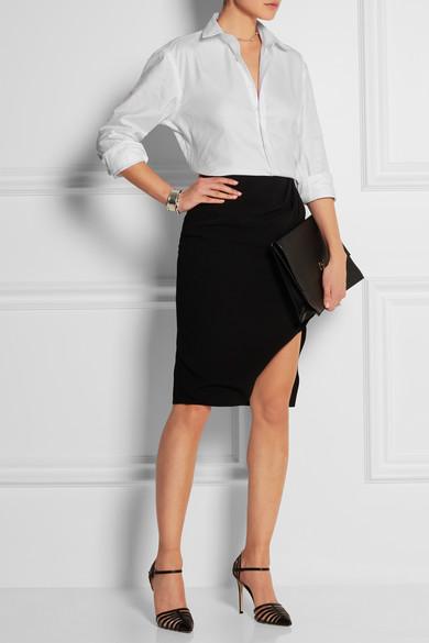 Белая рубашка с черной юбкой