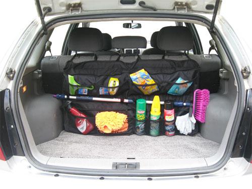 Вещи в багажнике автомобиля