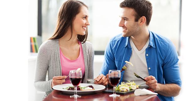 Девушка и парень обедают